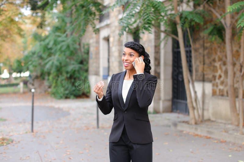 Психолог агенства замужества говоря на smartphone в парке стоковые изображения