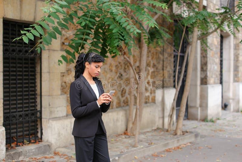 Психолог агенства замужества говоря на smartphone в парке стоковое фото