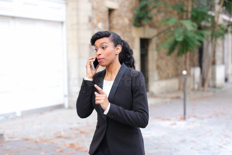 Психолог агенства замужества говоря на smartphone в парке стоковые изображения rf