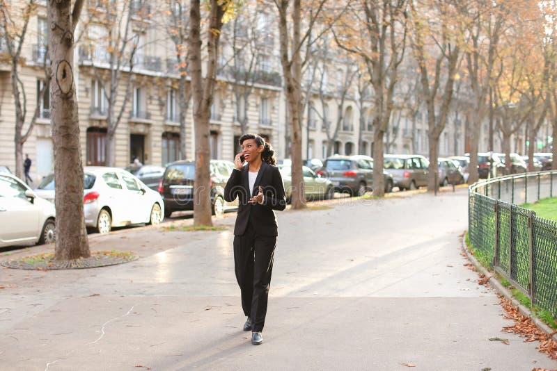 Психолог агенства замужества говоря на smartphone в парке стоковая фотография