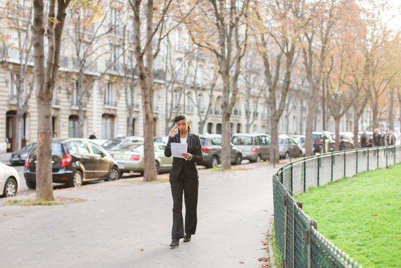 Психолог агенства замужества говоря на smartphone в парке стоковое изображение