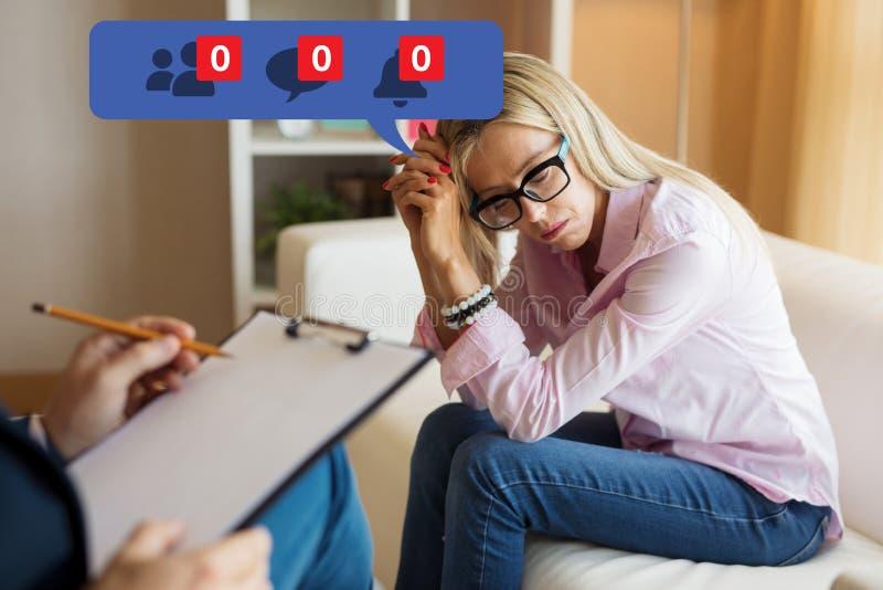 Психолог и чувство женщины посещая подавленные об ее непопулярности на социальных средствах массовой информации стоковое фото rf