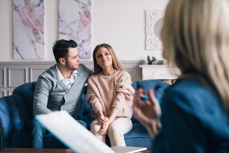 Психолог красивых и счастливых молодых пар посещая для консультировать отношения стоковые изображения