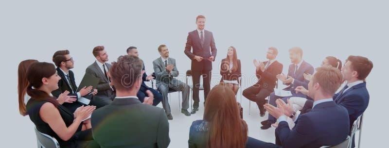 Психолог проводит тренировку дела с работниками co стоковые фото