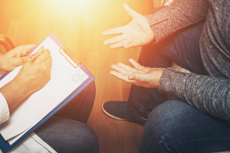 Психолог слушая к ее пациенту и писать примечания, психические здоровья и консультировать стоковые фотографии rf