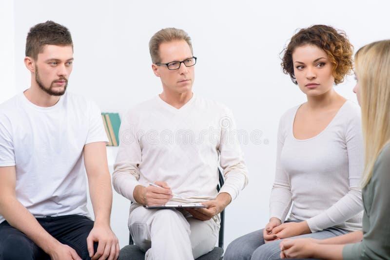 Психолог работая с группой людей стоковое изображение