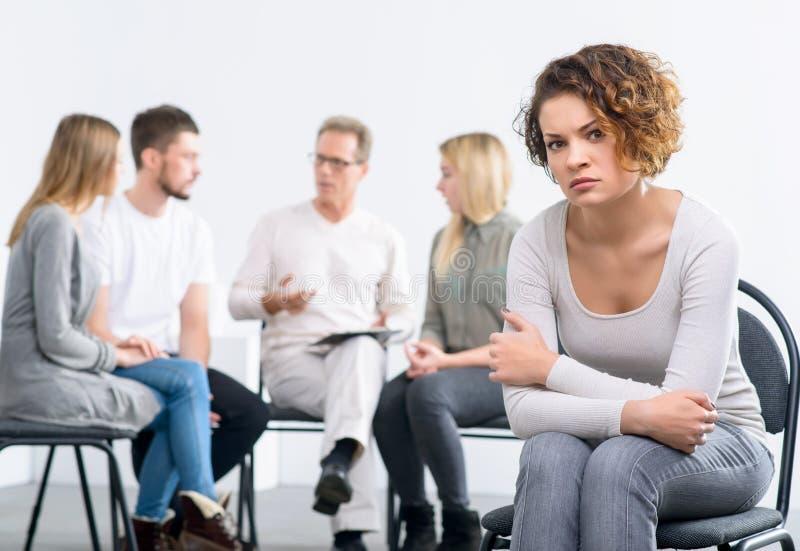 Психолог работая с группой людей стоковое фото