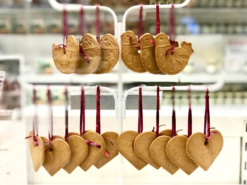 Птица и сердце сформировали печенья пряника вися с красной веревочкой стоковые изображения