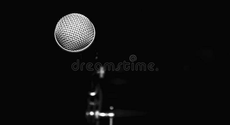 Публичное выступление на микрофоне этапа против черной предпосылки концертного зала E стоковое изображение