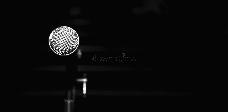 Публичное выступление на микрофоне этапа на этапе против blured предпосылки концертного зала r стоковые изображения
