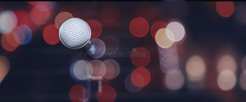Публичное выступление на микрофоне этапа на этапе против blured предпосылки концертного зала стоковое фото rf
