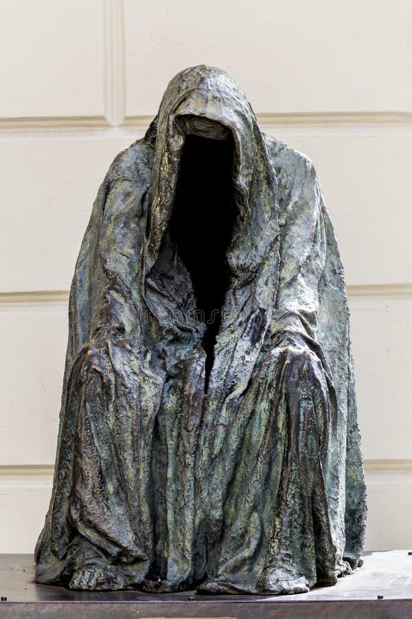 Пугающая безликая статуя стоковая фотография
