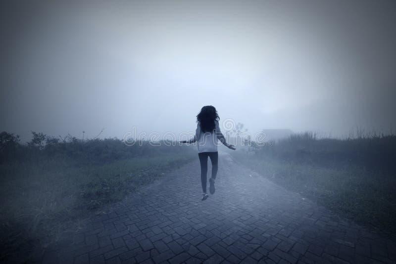 Пугающая женщина levitating в туманном утре стоковое изображение