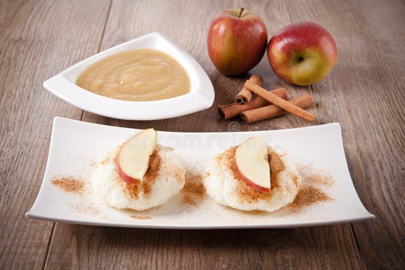 Пудинг риса с соусом циннамона и яблока стоковое изображение rf