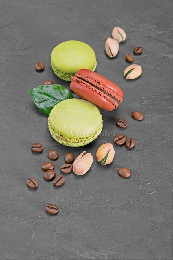 пудинг франчуза fondant шоколада Сладостный шоколад и macaroons или macarons фисташки с кофейными зернами и гайками стоковые изображения