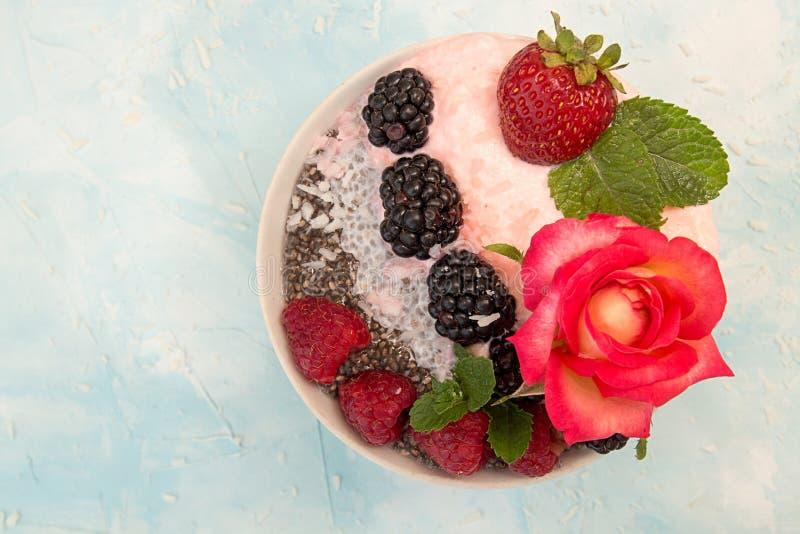 Пудинг Chia с ягодами Десерт с chia, поленикой, blueber стоковое фото