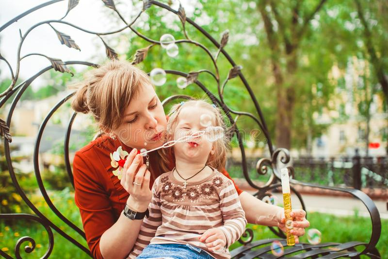 Пузыри дуновения матери и дочери стоковые фото
