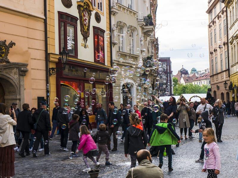 Пузыри забавляют детей в Праге столица чехии стоковые фото