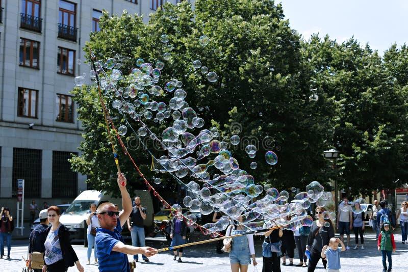 Пузыри мыла праздника в улице в Праге стоковые изображения rf