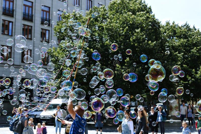 Пузыри мыла праздника в улице в Праге стоковые фотографии rf