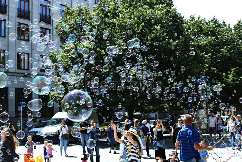 Пузыри мыла праздника в улице в Праге стоковые фото