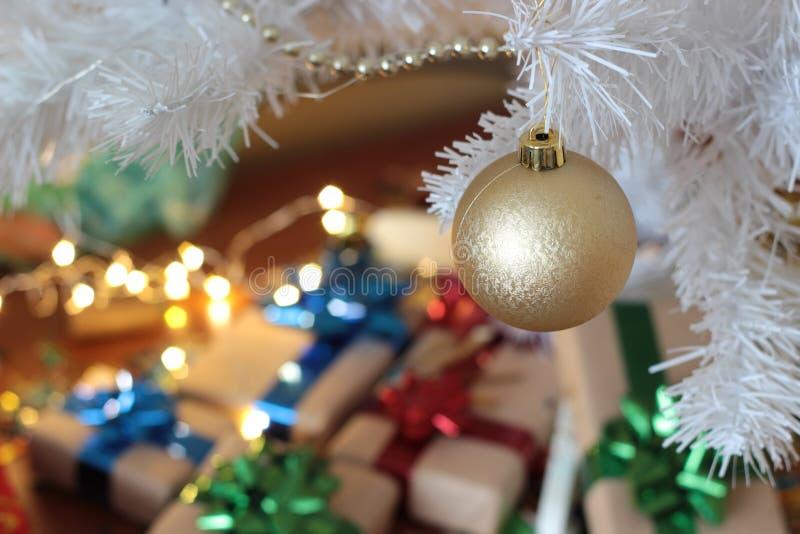 Пузырь золота вися на серебряной рождественской елке, подарках под рождественской елкой, хорошей как предпосылка стоковое фото rf