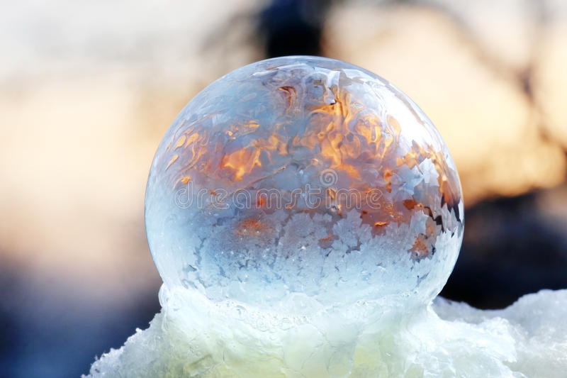 Пузырь, который замерли на предпосылке природы стоковые изображения rf