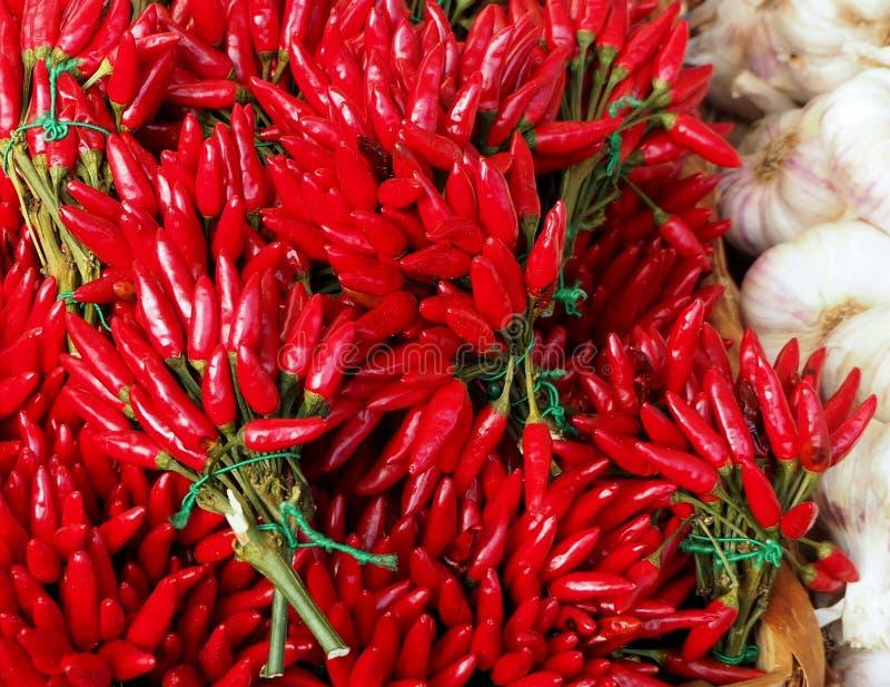 Пуки перцев красного chili Чеснок на стороне еда вареников предпосылки много мясо очень стоковые изображения