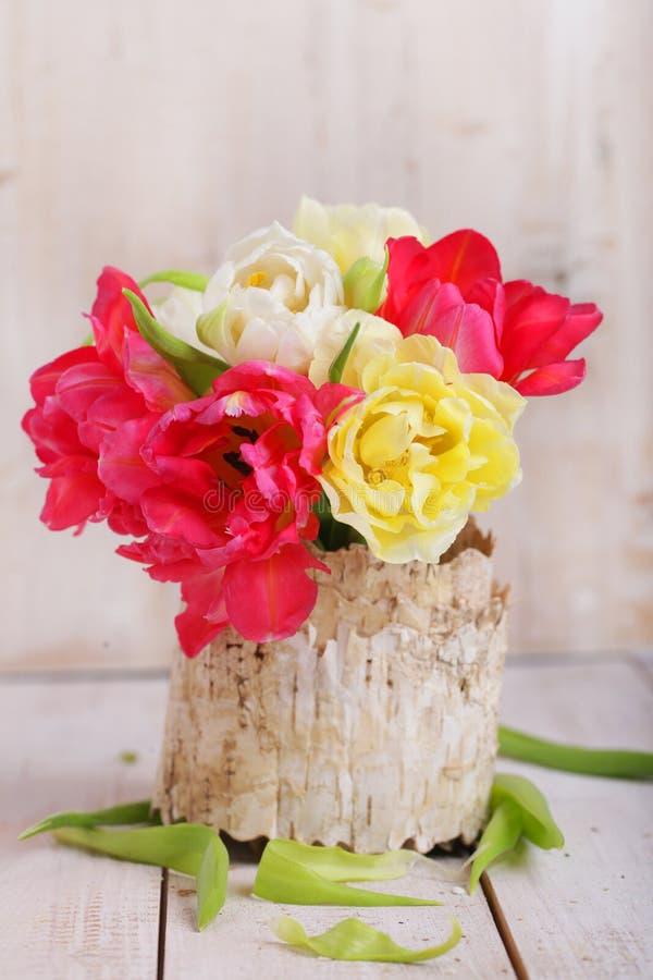 Пук белых и красных тюльпанов на деревянной доске стоковое фото rf