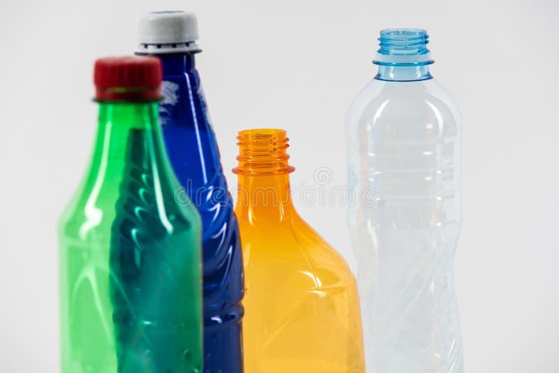Пук бутылок различного размера пустых сделанных с различным пластмас стоковое изображение rf