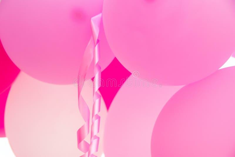 Пук висеть розовые воздушные шары, завитую ленту, вечеринку по случаю дня рождения, украшение детского душа, валентинку, романтич стоковая фотография rf