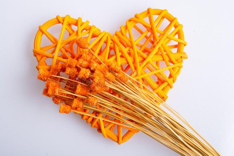 Пук высушенных оранжевых цветка и сердца цвета сформировал иллюстрация вектора
