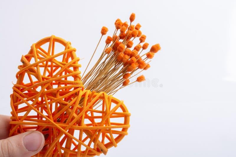 Пук высушенных оранжевых цветка и сердца цвета сформировал бесплатная иллюстрация