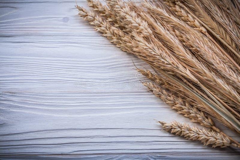 Пук золотых ушей рож пшеницы на еде деревянной доски и питье co стоковая фотография
