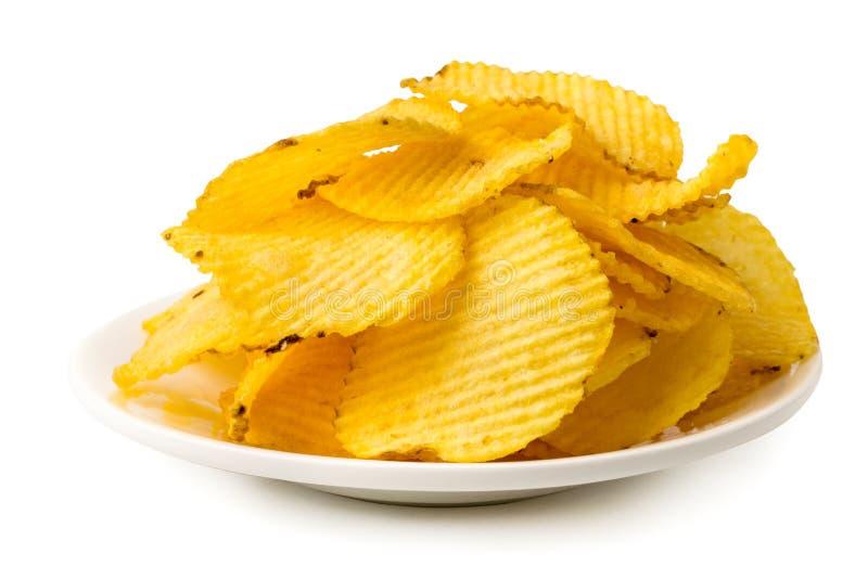 Пук картофельных стружек в белой плите, конец вверх стоковое фото