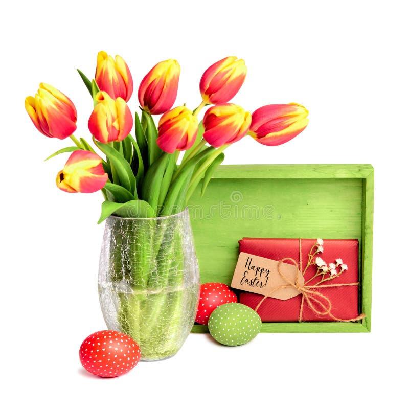 Пук красных тюльпанов, деревянной доски, подарка с биркой и покрашенного Eas стоковое изображение