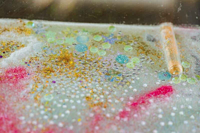 Пук красочных маленьких частей яркого блеска стоковые изображения