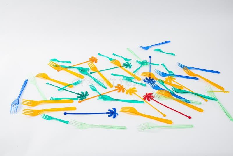 Пук красочных устранимых вилок и протыкальников хаотично лежа стоковое изображение