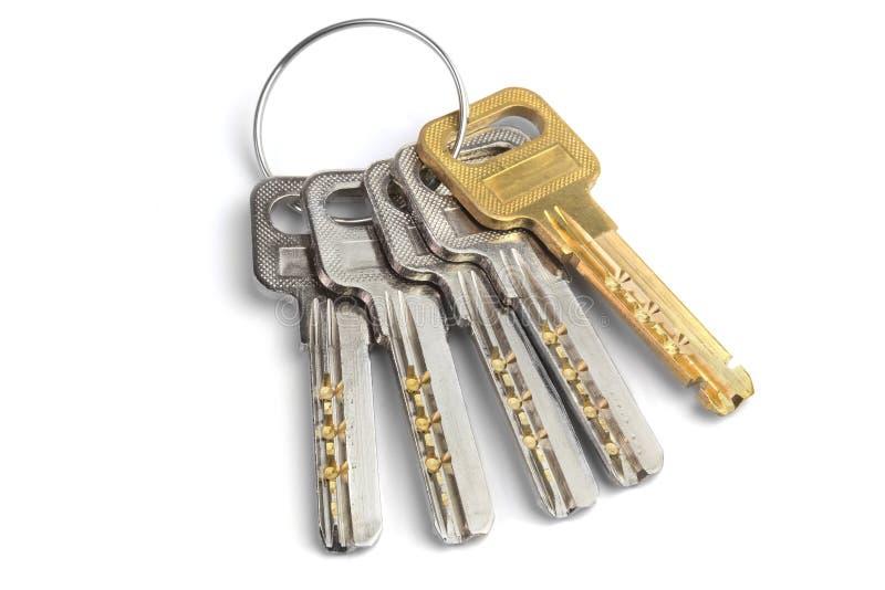 Пук ключей на белой предпосылке стоковое изображение