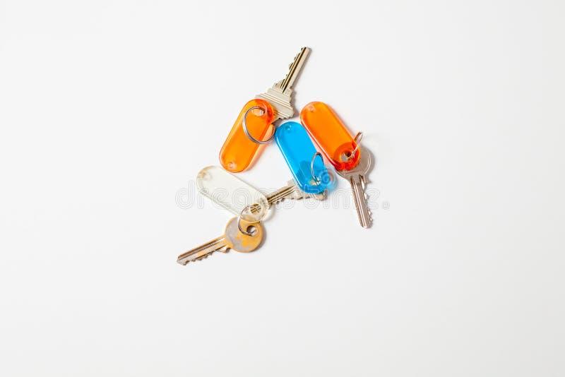 Пук ключей с бирками цвета стоковые изображения