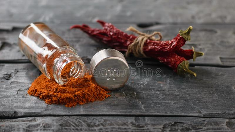 Пук перцев chili и опарника земных перцев на таблице страны стоковые изображения rf
