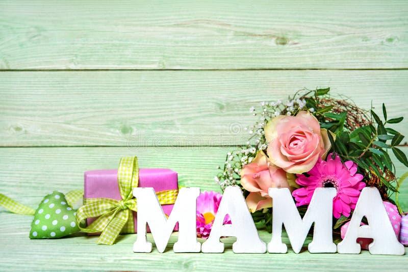 Пук роз с подарочной коробкой и мамой слова стоковое фото