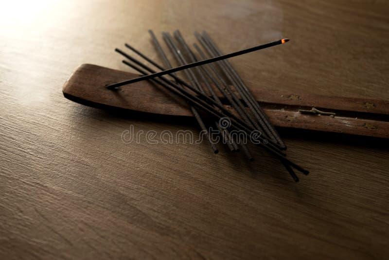Пук ручки ладана на деревянной предпосылке стоковое фото rf