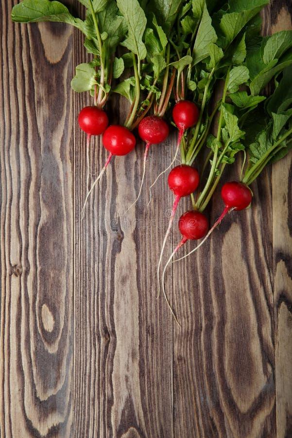 Пук свежей красной редиски, на деревянном столе стоковая фотография