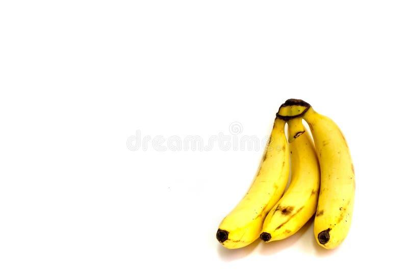 Пук 3 свежих бананов на белой предпосылке стоковое фото rf