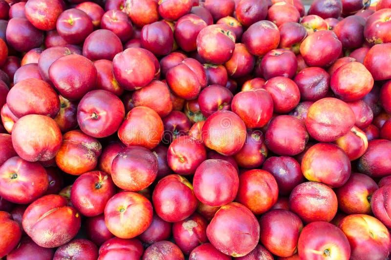 Пук свежих персиков на куче стоковые фотографии rf