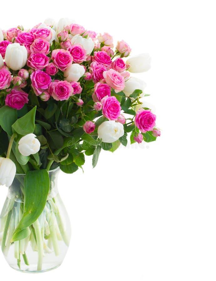 Пук свежих розовых роз и белые тюльпаны закрывают стоковое фото