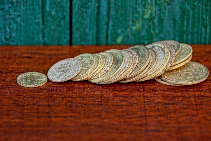 Пук старых желтых советских монеток на красной таблице зеленой стеной стоковое фото rf