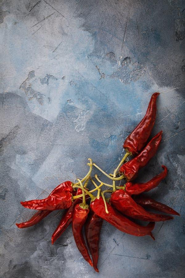 Пук сухих красных перцев на таблице стоковое фото rf