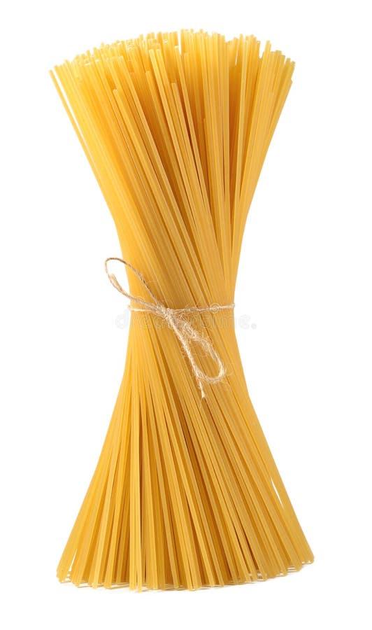 Пук сырых итальянских спагетти макаронных изделий на белизне стоковые изображения